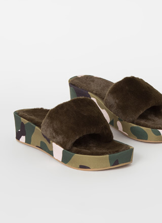 A Pattern Printed Faux Fur Slide Sandals