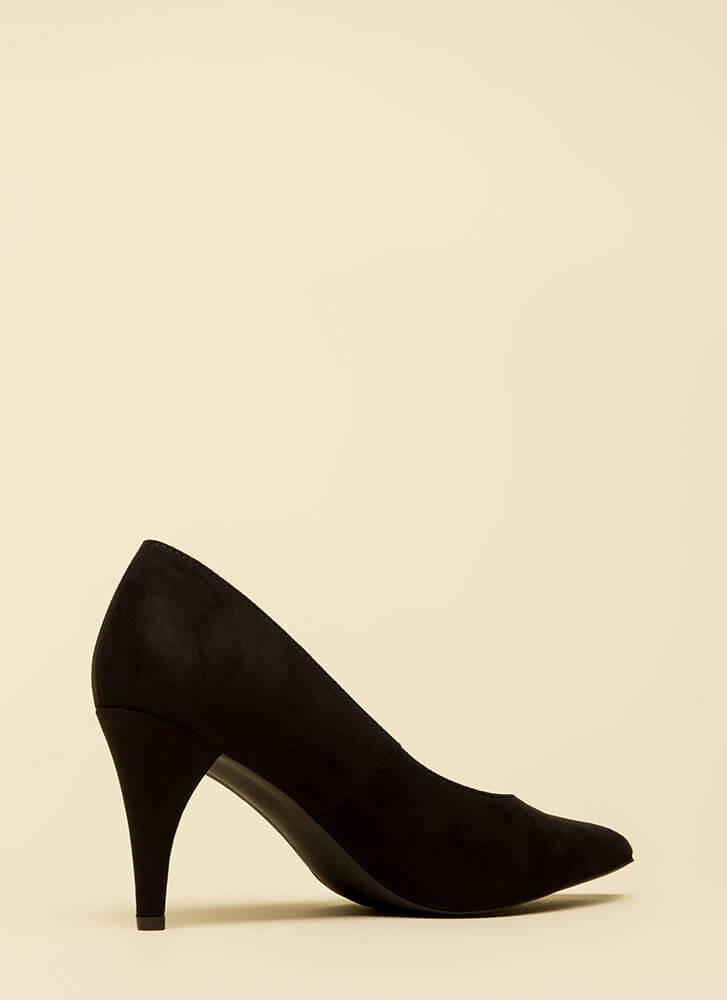 Point Me In The Right Direction Pumps BLACK