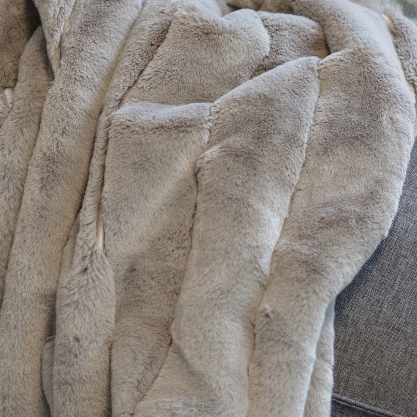 """Premiere """"Fur"""" Throw 